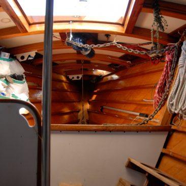 Forepeak (double bunk, anchor chain locker, work bench, dive tank rack, rigging locker, head)